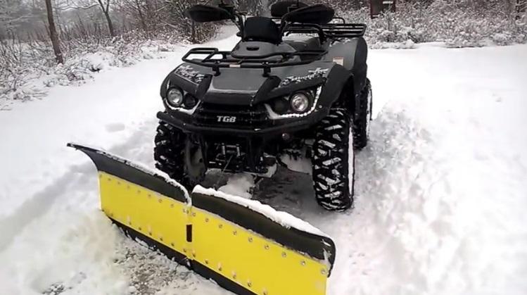 TGB 550 EFI + EPS Traktorimönkijä lumitöissä Finman V-Auran kanssa